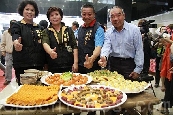 苗栗市民代表们展示好吃的客家米食。(摄影:许享富 /大纪元)