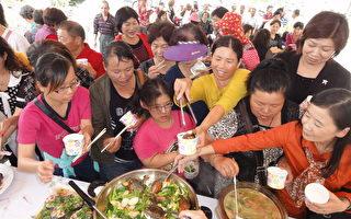 民众争相品尝名厨的乌鱼料理。(摄影:丁弘毅/大纪元)