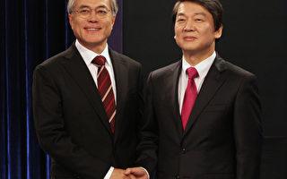 國無黨派總統候選人安哲秀(右)11月23日晚在記者招待會上宣佈,退出總統競選。雙方的協議談判仍然互不相讓。圖為19日安哲秀與文在寅雙方舉行了電視辯論會。(Ahn Young-joon/POOL/AFP)