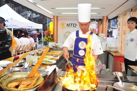 2012年新唐人「全世界中國菜廚技大賽」金獎獲得者陳依春參加決賽時的現場比賽場景。(攝影﹕戴兵/大紀元)