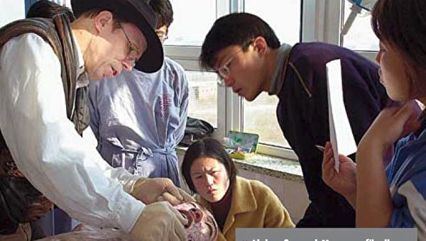 哈根斯在尸体加工向中国工人教授如何加工尸体