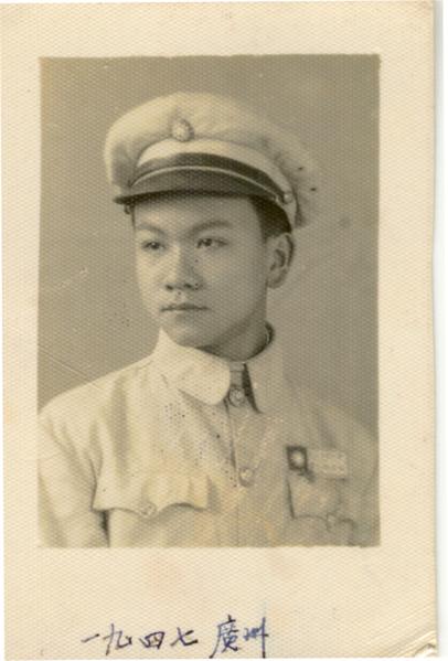 柯其毅1947年,在廣州的中國德語高中Chinese Germna High School,穿學生制服照。(柯其毅提供)