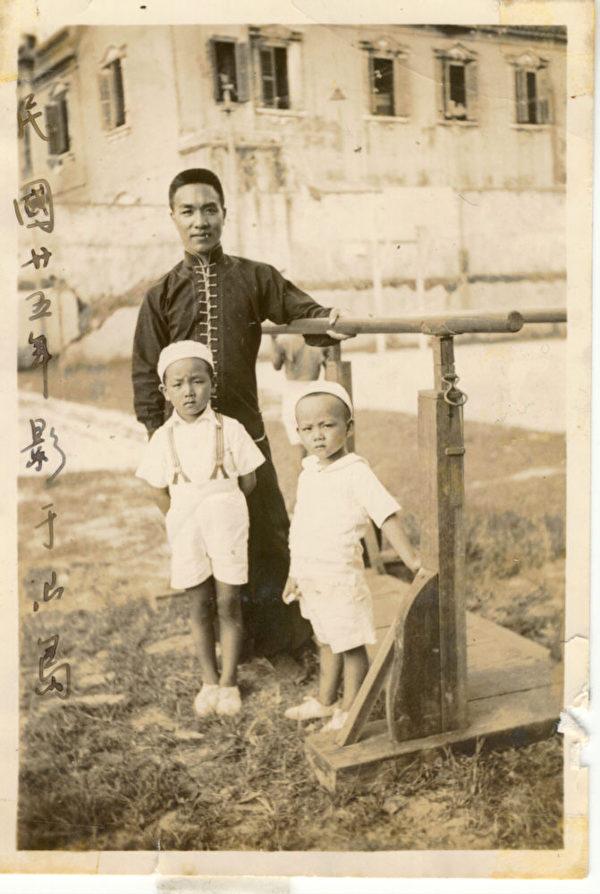 1936年,柯其毅父親帶著兩個兒子,右為柯其毅,中為柯其毅哥哥K.K.,在廣東汕頭合影。(柯其毅提供)