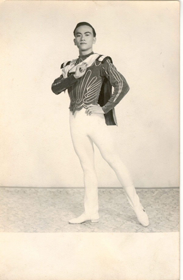 柯其毅在1959年,跳芭蕾舞《天鵝湖》中,表演王子齊格費里德。(柯其毅提供)