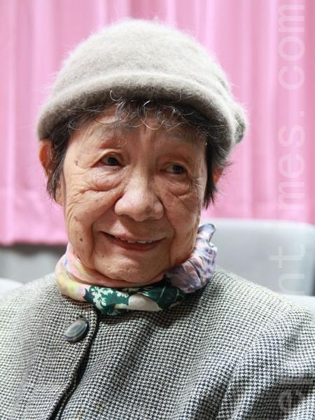 温文儒雅的杨桂兰说,写书法是一种享受,可以怡情养性,最不发钱的。(摄影:许享富 /大纪元)
