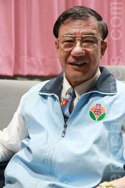 从公职退休的黄荣辉感谢市长对老人照顾非常周到,来这里很安心、很安全,非常感激。(摄影:许享富 /大纪元)