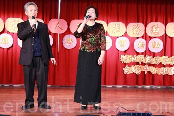 客家歌谣班的银发长辈官有森(左1)与温瑞梅(右1)合唱江山美人歌曲。(摄影:许享富 /大纪元)