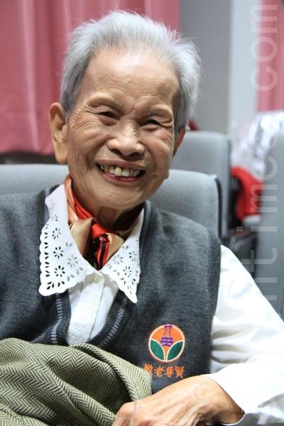 91高龄的黄刘壬妹老阿嬷,在文康中心结交很多好朋友,很欢喜快活。(摄影:许享富 /大纪元)