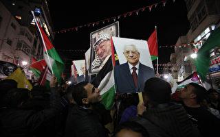 """巴勒斯坦民众得知联合国于2012年11月29日,通过巴勒斯坦成为联合国的""""非会员观察国""""身份后,彻夜在西岸的拉马拉(Ramallah)市庆祝狂欢。(摄影:ABBAS MOMANI/AFP/Getty Images)"""