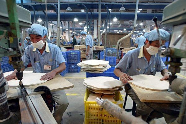 中国东莞市工人在切割木制玩具零件。东莞是许多外国企业家在中国南部设立工厂的城市之一。(PETER PARKS/ AFP/Getty Images)