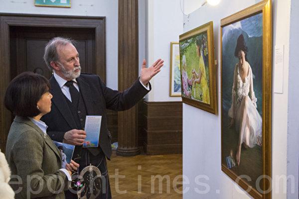 剑桥市市长希拉-斯图尔特(Sheila Stuart)赞叹画展的美丽和传递信息的震撼。(摄影:西蒙/大纪元)