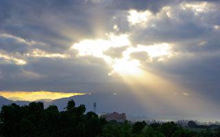 """10月15日,美国新闻周刊头版头条大字标出:""""天堂是存在的!""""这等于向数十亿充满疑虑的凡人证实:人死了以后还会有生命。图为日出(摄影:王嘉益 / 大纪元)"""