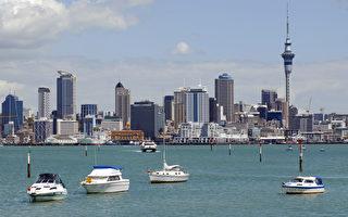 紐西蘭第一大城奧克蘭是個港口城市,景色秀麗。圖中的尖塔即為當地的地標天空塔(Sky Tower)。(攝影:戴兵 / 大紀元)