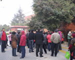 西安安仁坊居民11月30日到陝西省政府上訪。(馬曉明提供)