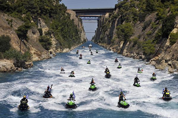希臘也曾舉辦水上摩托車錦標賽。(LOUISA GOULIAMAKI/AFP)