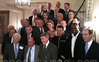 """""""法国卓越""""奖历届部分获奖者。前排左三为该奖创建人 Maurice Tasler,左一为副主席 Gérard BONNEFONT。(摄影:李归燕/大纪元)"""