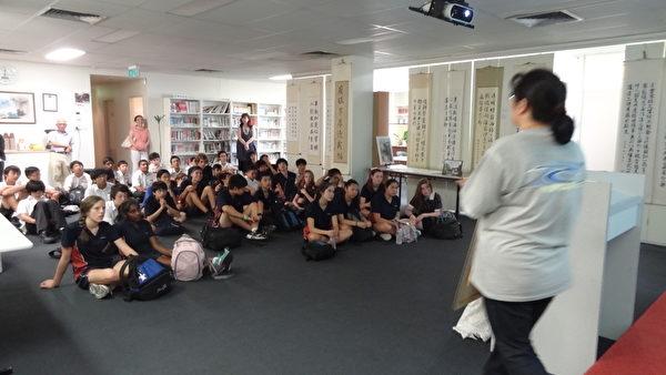 廖怡雯老师介绍传统服饰、民俗舞蹈服装等多项文艺物品,更让学生们认识中华文化,对汉字之美及书法艺术有深一层的了解。(侨教中心提供)