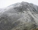 冷气团发威,赏雪圣地合欢山5日上午短暂降下今年入冬第1波雪,武岭周边山坡一度有约0.5公分积雪。合欢东峰仿佛披上一层薄薄的白纱。(翠峰派出所提供)
