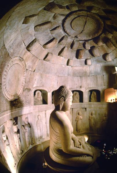 石窟庵:对释迦摩尼击退所有魔的诱惑而觉悟的瞬间进行形象化的作品。从花岗岩精巧堆积而成的圆形天棚和造像的精美,可以得知新罗时代高超的科学技术和艺术性。唐朝玄奘法师的大唐西域记中有大觉寺佛像的记录,大觉寺因在释迦摩尼成为正觉的地方建造而出名,学界的研究结果表明,石窟庵本尊佛像与大觉寺的佛像大小一致。因此石窟庵作为佛教遗址具有很高的价值。(照片:石窟庵美学研究所提供)