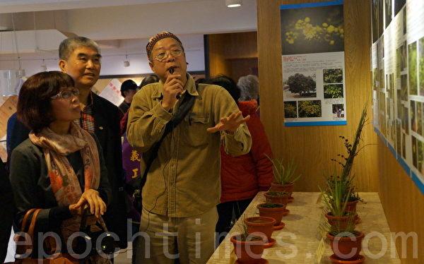 杨梅市长彭圣(中)参观湿地生态、植物生态摄影展。(摄影:徐乃义/大纪元)