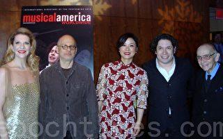 琵琶演奏家吳蠻(中)和其他四位獲得《美國音樂》(Musical America)2013年度風雲人物獎在林肯中心舉辦的頒獎典禮上的合影 (從左至右:獲得格萊美音樂獎的古典歌劇女高音歌唱家Joyce DiDonato,獲得普利茲音樂獎的美國作曲家 David Lang, 中國琵琶演奏家吳蠻, 洛杉磯愛樂樂團的音樂總監和指揮 Gustavo Dudamel, 前委內瑞拉文化部長,聯合國教科文組織的「和平大使」 Jose Antonia Abreu)。(攝影:潘美玲/大紀元)