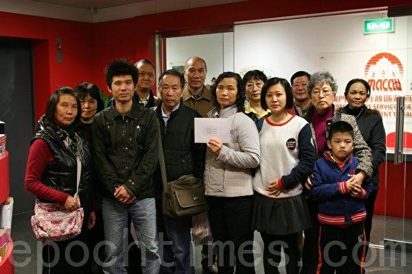 一班修炼法轮大法的澳门市民在旅游局门外等候官员会见。(摄影:许侠/大纪元)