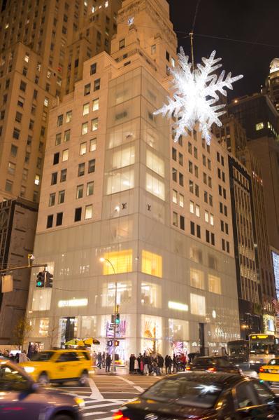 纽约盛装迎圣诞,纽约第五大道 LOUIS VUITTON 的灿烂灯饰。(摄影:戴兵/大纪元)