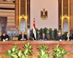 埃及总统穆希(Mohammed Morsi)(图中央)在民众的激烈抗争下妥协,宣布废除扩权命令。(AFP)