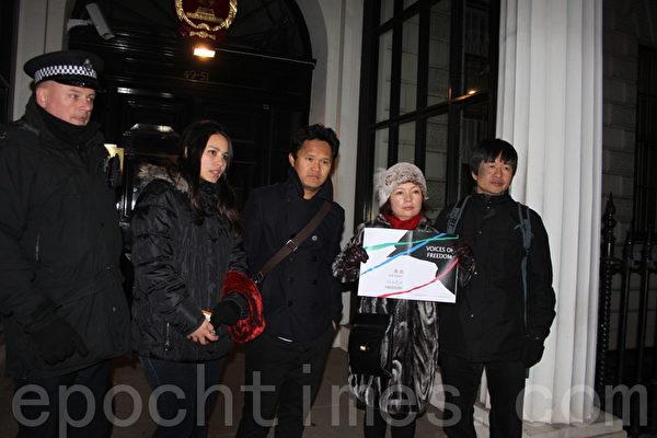 活動最後,英國「華維藏團結會」的代表向中使館遞送一份信函,大使館一如既往拒絕接受,只能放入信箱。(攝影:李瑩/大紀元)
