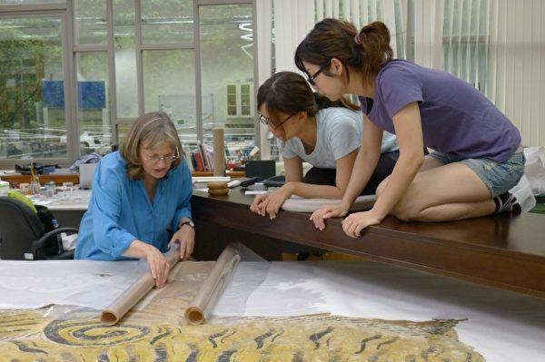 台南艺术大学师生一起修护黄虎旗过程。(台湾博物馆提供)
