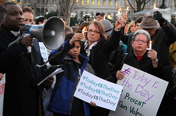 人们在白宫外发起烛光悼念活动,纪念死难者。(图片来源:Alex Wong/Getty Images)