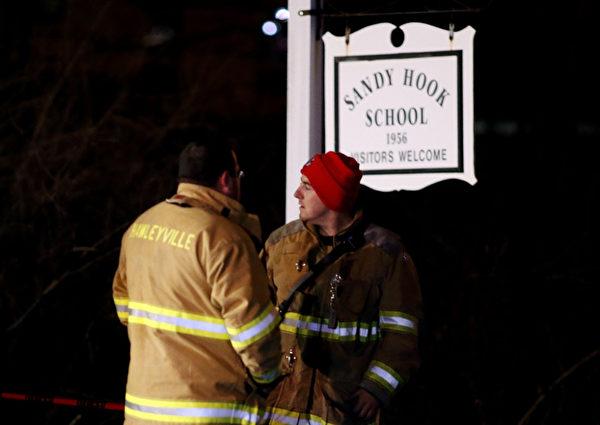 美国康涅狄格州中部钮敦镇(Newtown)的桑迪胡克小学(Sandy Hook Elementary)12月14日发生枪击案,造成至少27人丧生。(Spencer Platt/Getty Images)