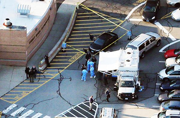 美国康涅狄格州中部钮敦镇(Newtown)的桑迪胡克小学(Sandy Hook Elementary)12月14日发生枪击案后,救护车抵达现场。(Mario Tama/Getty Images)