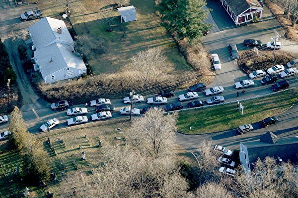 美国康涅狄格州中部钮敦镇(Newtown)的桑迪胡克小学(Sandy Hook Elementary)12月14日发生枪击案后,通往学校的主要道路涌入警车及许多车辆。(Mario Tama/Getty Images)