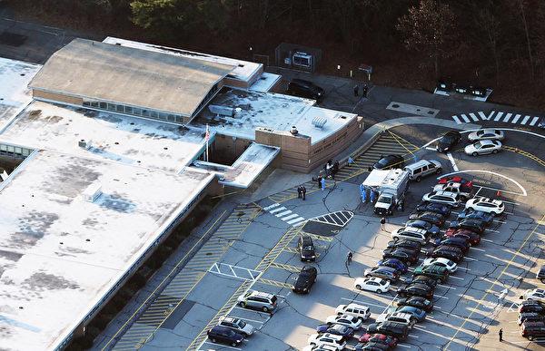 美国康涅狄格州中部钮敦镇(Newtown)的桑迪胡克小学(Sandy Hook Elementary)12月14日发生枪击案后,学校外的停车场停满车辆。(Mario Tama/Getty Images)