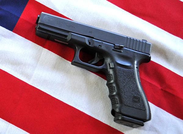 美国桑迪胡克小学12月14日发生枪击案后,枪支管制的问题再次成为全美焦点。(Karen BLEIER/AFP)