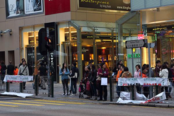 """中共恶党团伙青关会的邪恶横幅盖满香港尖旺、弥敦道近半年,一位香港市民忍无可忍以利器割破70条横幅,获港人大赞是""""香港英雄""""。(大纪元)"""