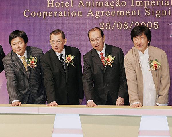 英皇集团总裁杨受成(左二)历来被香港广泛认为具有黑社会背景的富商,与中共红人成龙(右一)、何鸿燊(右二)关系密切。(AFP)