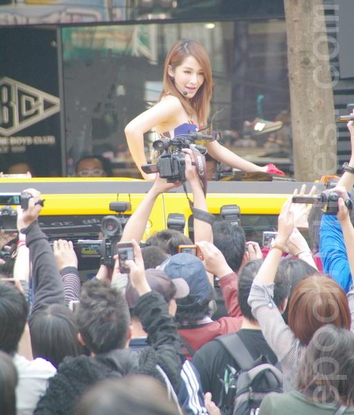 蕭亞軒宣傳活動中第1次與粉絲們的近距離接觸。(攝影:黃宗茂/大紀元)