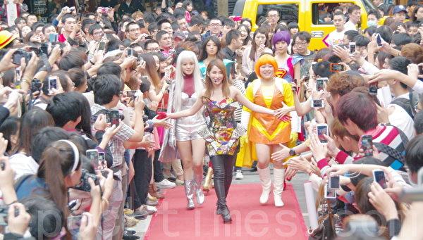 ELVA與舞者站上台表演首波舞曲《Super Girl 愛無畏》。(攝影:黃宗茂/大紀元)