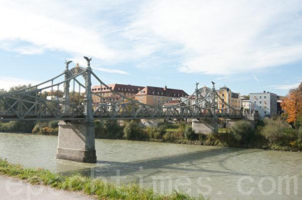 因为这座桥四年一次的检修,促成了参观《平安夜》诞生地的机缘。 (摄影:黄芩/大纪元)