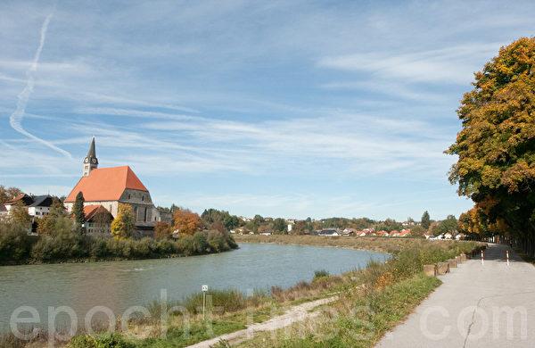 萨尔斯河对岸属于德国,这边是奥地利的Oberndorf。 (摄影:黄芩/大纪元)