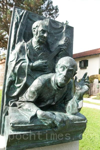 圣.尼古劳斯礼拜堂前的雕像,上面是作曲家格鲁伯,下面是摩尔神父。 (摄影:黄芩/大纪元)