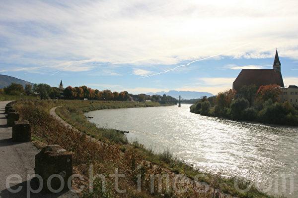 遥望对岸德国Laufen镇,对岸的教堂也有很多故事,它的塔楼还是斜塔哟。 (摄影:黄芩/大纪元)