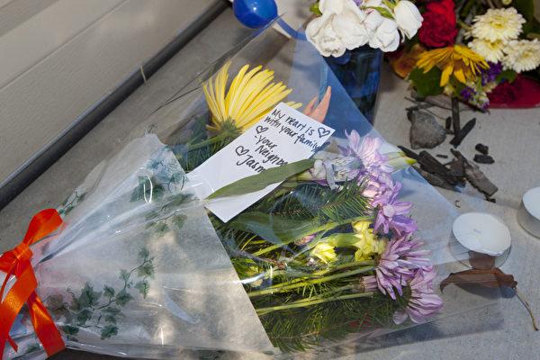 針灸師孫慶軍遇害後,鄰居送花表示悼念(攝影:馬有志/大紀元)