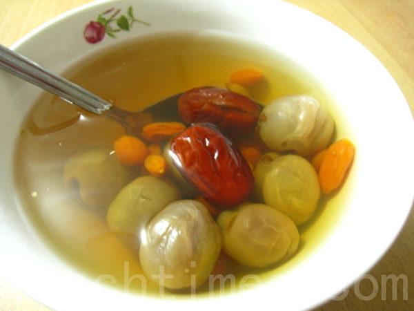 带核的龙眼干、红枣、枸杞就是简单的护眼食补。(摄影: 杨美琴/ 大纪元)