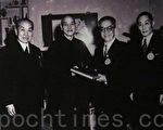 1954年3月25日第一届国民大会第二次会议选举蒋介石为第二任总统,胡适与钟莫德惠(左一)、国大秘书长洪兰友(右一)代表国民大会致送总统当选赠书。(钟元翻摄/大纪元)