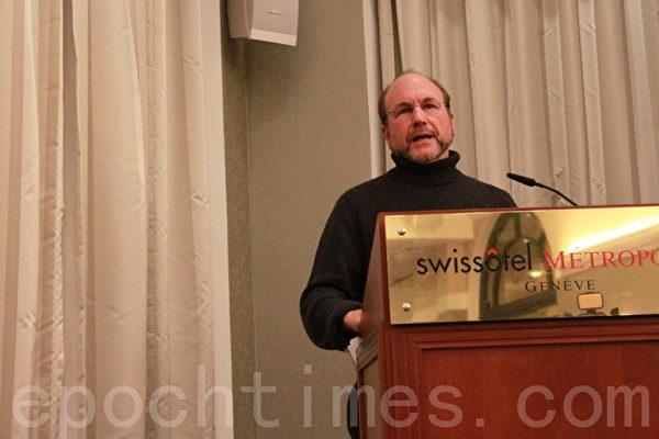12月17日,施瓦茨在瑞士日內瓦由由非政府組織「醫生反對強摘器官」和「非暴力激進黨」聯合舉行新聞發佈會上發言。(攝影:李景行/大紀元)