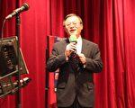 圖:經文處處長傅正綱唱演唱了「龍樹下」等多首歌曲(攝影﹕劉凡迪/大紀元)
