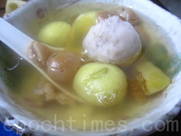 黄、白、紫的三色姜汁桂圆汤圆。(摄影:杨美琴/大纪元)